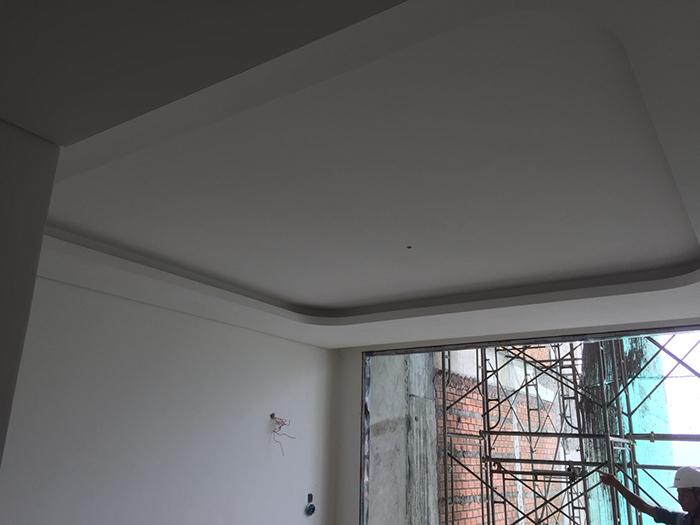 Các tầng 6,7, 8, 9, 10 đang được tô tường và cán nền